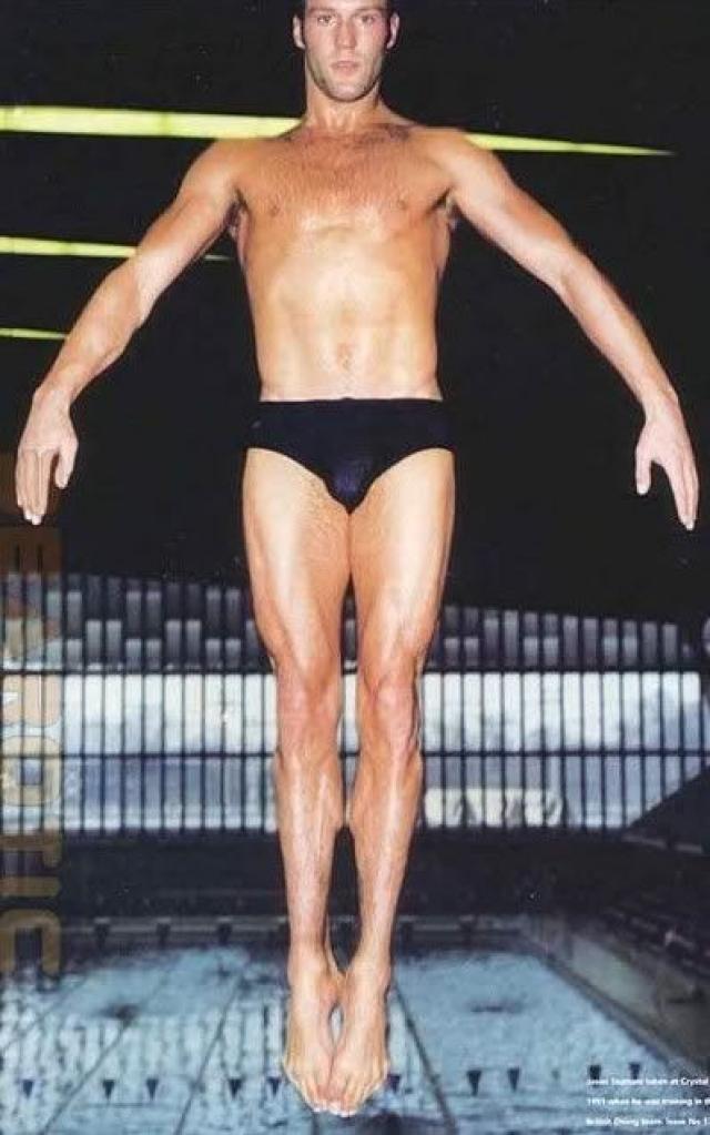 Джейсон Стэйтэм. Долгое время будущая звезда боевиков занимался профессиональным спортом: в 12 лет Стэтхэм был в составе британской национальной сборной по прыжкам в воду и участвовал в олимпийских играх.