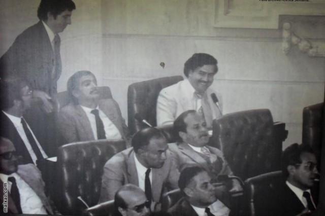 В преступном мире Эскобар достиг вершины власти. Позже он стал искать способ сделать свой бизнес легальным. В 1982 году Пабло Эскобар выдвинул свою кандидатуру на выборах и в свои 32 года стал замещающим конгрессмена Конгресса Колумбии. Проникнув в Конгресс, Эскобар мечтал стать президентом Колумбии.