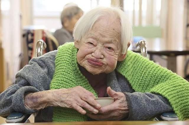 Мисао Окава, 5 марта 1898 - 1 апреля 2015, прожила 117 лет, 27 дней. Она родилась 5 марта 1898 года в семье владельцев магазина традиционного японского кимоно. Проживало семейство в деревне, расположенной вблизи от Осаки.