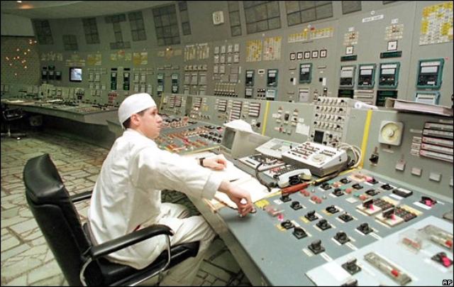 """15 декабря 2000 года в 13:17 по приказу президента Украины во время трансляции телемоста Чернобыльская АЭС - Национальный дворец """"Украина"""" поворотом ключа аварийной защиты (АЗ-5) был навсегда остановлен реактор этого энергоблока. Станция прекратила генерацию электроэнергии."""