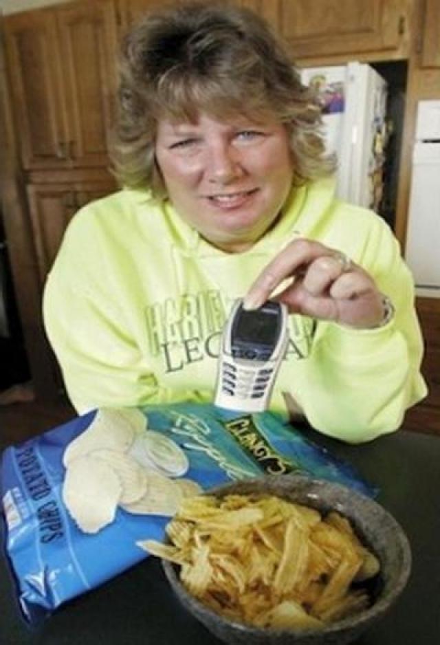 Эмма Швайгер в пачке чипсов обнаружила мобильный телефон. Наверняка кто-нибудь и обрадовался бы такому сюрпризу, только не Эмма. Она подала жалобу на компанию производителя.