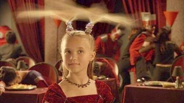 """Эмили Осмент. Девушка начала сниматься в 1999 году, а чуть позже сыграла в четырех сезонах сериала """"Ханна Монтана"""", представ в роли Лили, менее яркой подружки героини Майли Сайрус."""