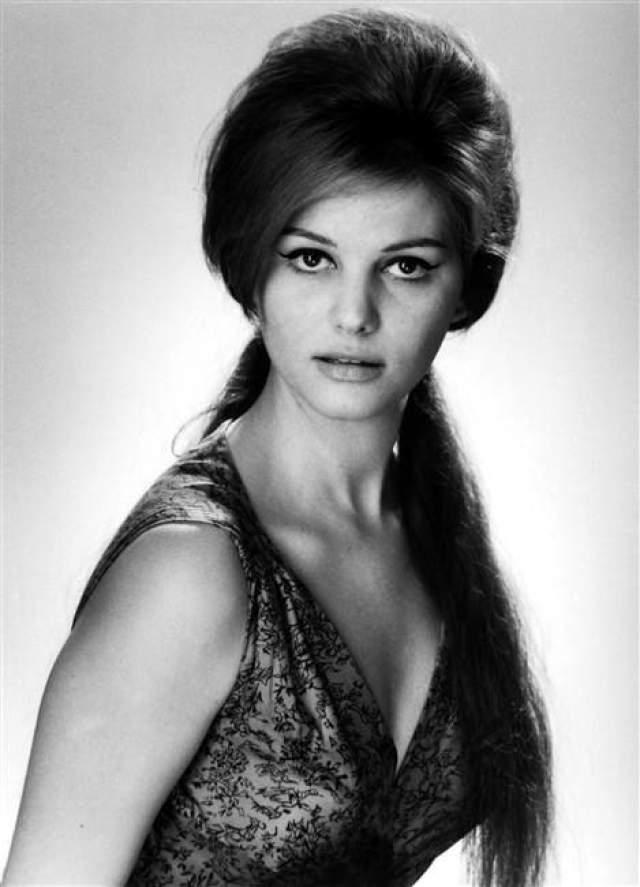 Клаудиа Кардинале Великолепная и знаменитая итальянская красавица родилась в Тунисе, общалась на французском, и потому в первом же своем фильме Клаудии приходилось заучивать свои слова на слух, не зная языка.