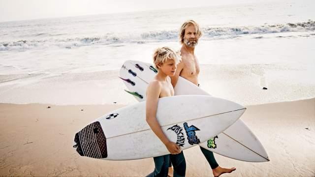 А когда Норман женился и у него родился сын, которого он назвал Ноем, он стал обращаться со своим сыном так же, как его отец обращался с ним: учил его кататься на лыжах и держаться на серфинге, но оставляя ему при этом свободу выбора.