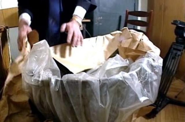 21 октября 1992 года его гараж обыскали и, спустившись в погреб, обнаружили улики: детскую ванночку со сгоревшими слоями кожи и крови, одежду, вещи убитых и прочее.
