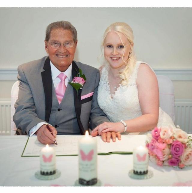 Скромная свадьба пары состоялась в апреле 2017 года.