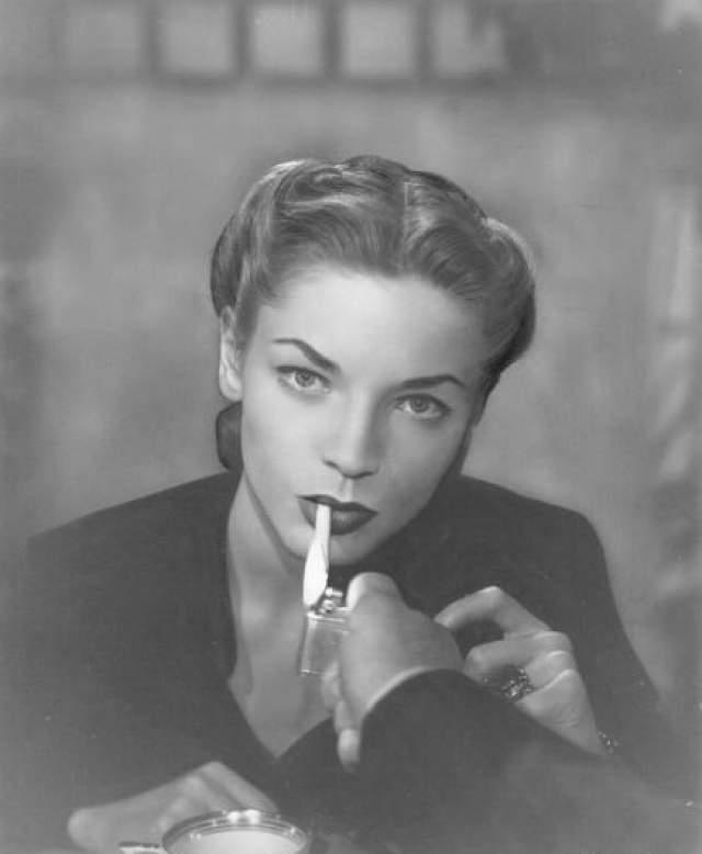 """Бэколл была признана одной из первых красавиц Голливуда, играла с Мэрилин Монро в фильме """"Как выйти замуж за миллионера"""" (1953). После смерти Богарта в 1957 году была помолвлена с Фрэнком Синатрой, затем вышла замуж оскароносного актёра Джейсона Робардса."""