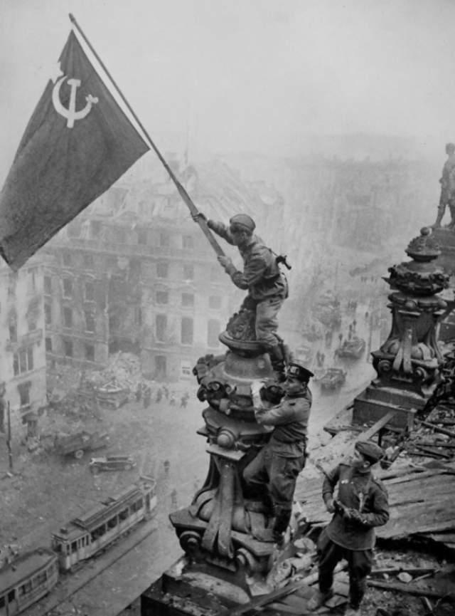 Водружение Знамени Победы над Рейхстагом солдатами Красной Армии . 1945 год.