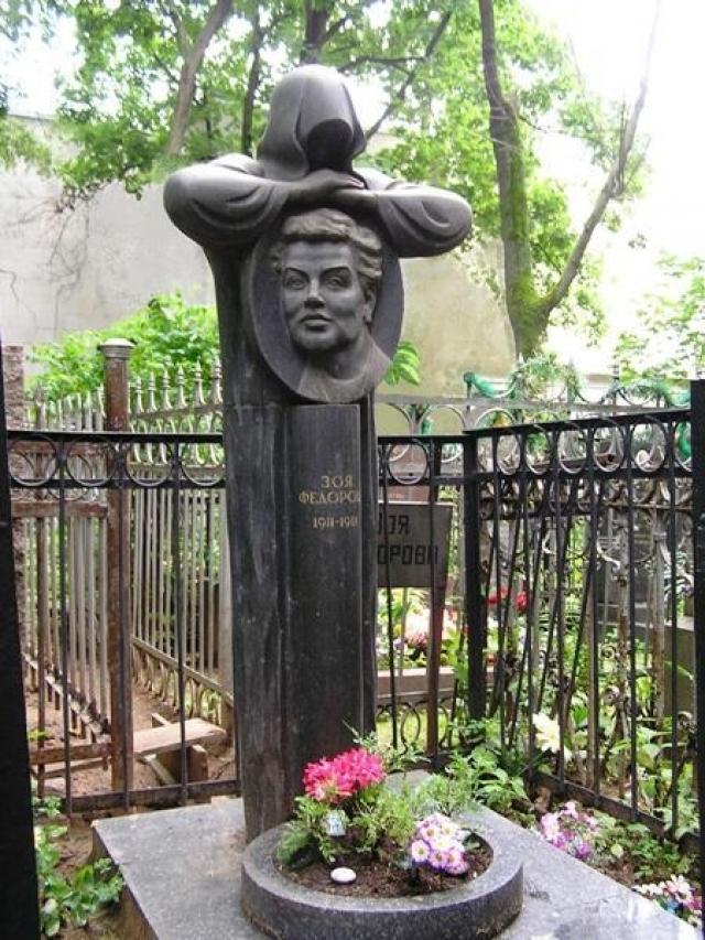 Среди наиболее вероятных подозреваемых в убийстве был некто Анатолий Бец, одесский налетчик. Он находился в розыске за ограбление вдовы писателя Алексея Толстого. Но, был убит в Грузии сотрудниками ГАИ, и следствие забуксовало.