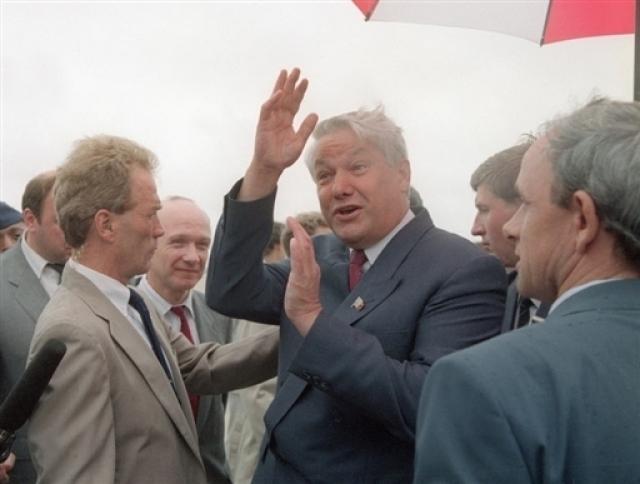 """Помимо перечисленных """"несчастных случаев"""" политиков преследуют и конфузы морально-нравственного характера. Так, 9 сентября 1989 года представители США стали """"жертвами"""" Ельцина."""