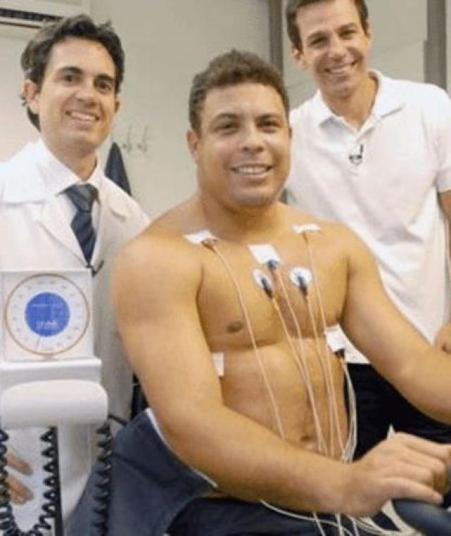 """Завершив карьеру футболиста, Роналдо открыл агентское бюро. В частности, первым его клиентом стал игрок клуба """"Сантос"""", Неймар."""
