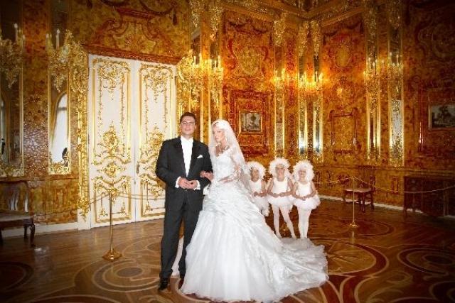 Торжественная церемония прошла вечером в Екатерининском дворце, аренда которого обошлась в 180 тысяч долларов. Волочкова спустилась к алтарю в кресле, привязанном к воздушному шару.