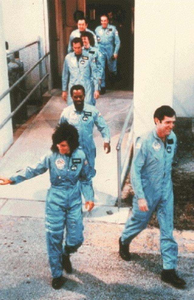 Экипаж космического корабля Челленджер за минуты до рокового взрыва, унесшего жизни их всех.
