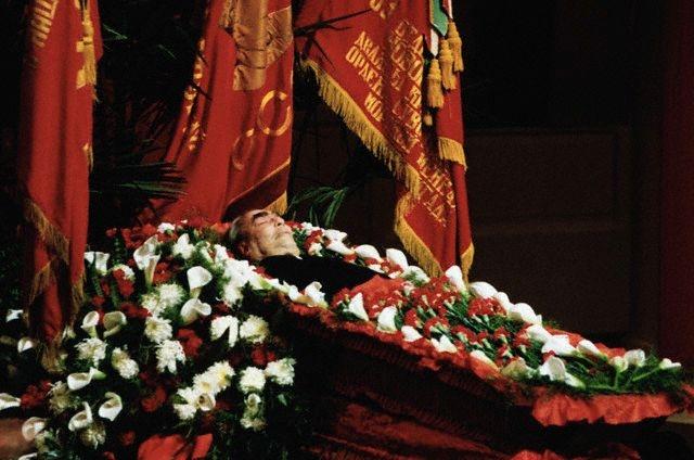 В течение трех дней тело генсека было выставлено в Колонном зале Дома союзов, где его посетили несколько сотен тысяч человек. Похоронили Брежнева у Кремлевской стены, причем в этот момент на пять минут остановили свою работу все предприятия и организации страны, что в сумме также стоило немалых денег.