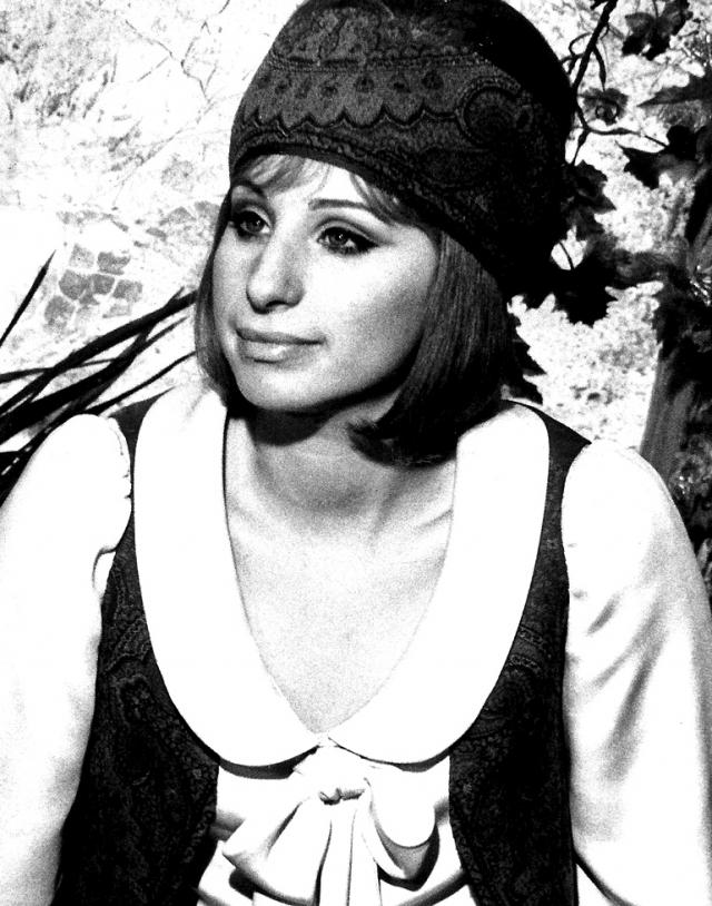 """В 1963 году вышел в свет ее дебютный альбом The Barbra Streisand Album, получивший две премии """"Грэмми"""". Популярность Стрейзанд продолжала расти, и три ее последующих альбома попадали в чарт Billboard 200."""