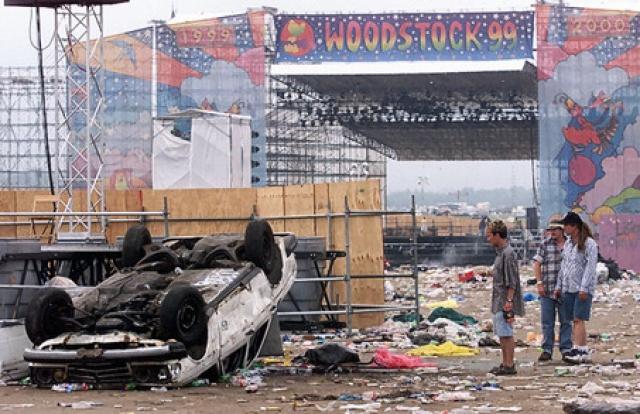 Несмотря на присутствие на фестивале Вудсток 500 представителей правоохранительных органов, три дня мира, любви и музыки охватили хаос и массовые беспорядки.