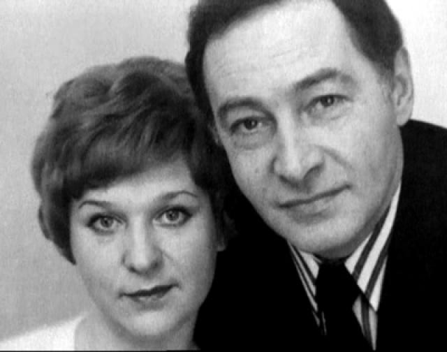 """Со своей второй женой Тамарой Тихонов познакомился на озвучивании главной роли во французском фильме """"Мужчина и женщина"""". Супруги прожили вместе 42 года, родилась дочь Анна, после окончания ВГИКа ставшая актрисой и продюсером."""