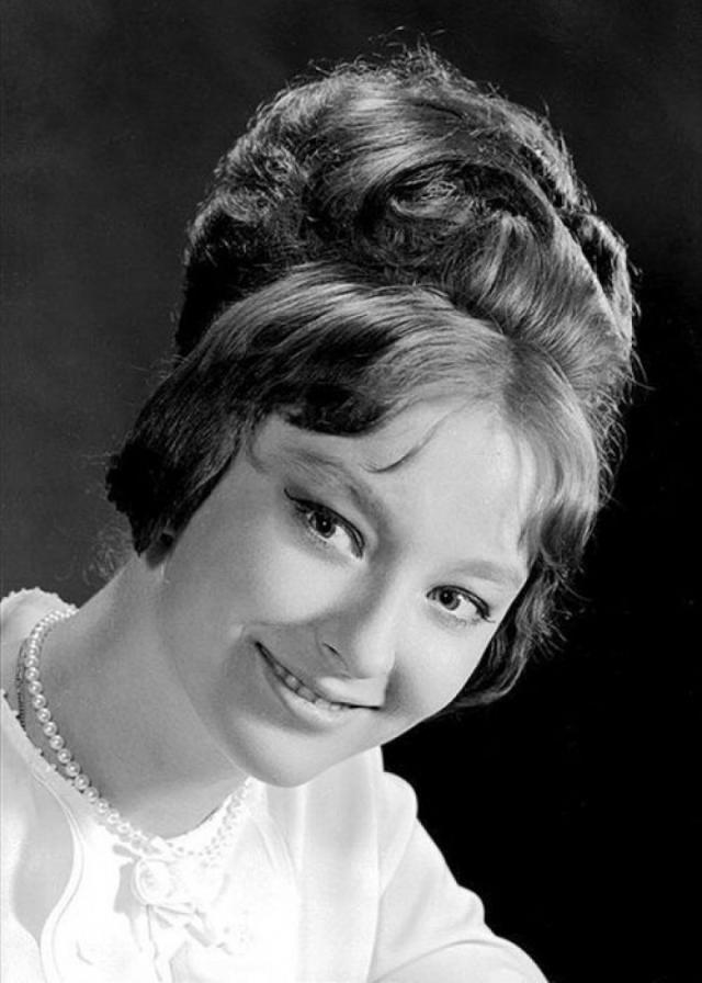 """Анастасия Вертинская. Обрушившаяся на нее слава тяготила молодую актрису, но она все же решила связать свою жизнь с актерским искусством. В 1962 году Вертинская вошла в труппу Московского театра имени Пушкина, а в 1963 году поступила в """"Щуку""""."""