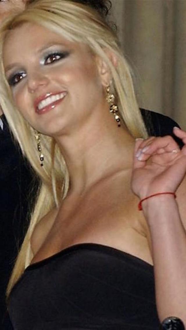 Бритни Спирс частенько появлялась на публике с красной нитью на руке, что говорит о том, что она причисляет себя к последователям каббалы.
