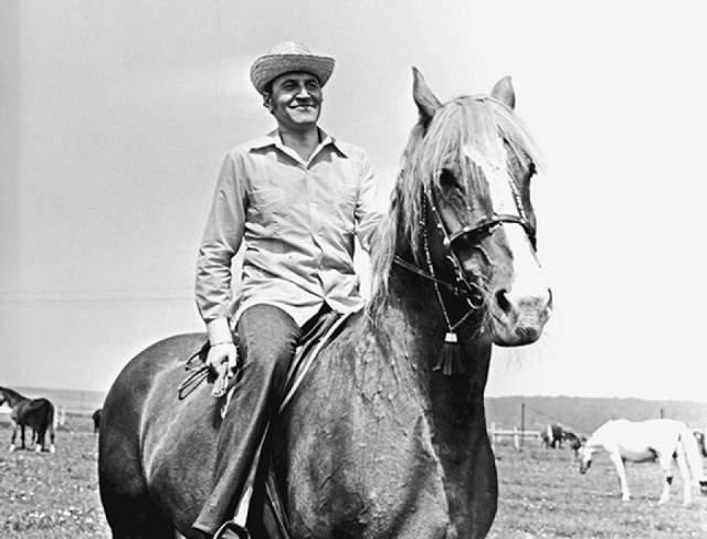 """В 1968 году он выступил в популярной телевизионной передаче """"В мире животных"""", когда ведущим был Александр Згуриди. Также участвовал в качестве научного консультанта фильмов о животных """"Черная гора"""", """"Рики-Тики-Тави"""" и пр. В 1977 году он сам стал постоянным ведущим программы."""