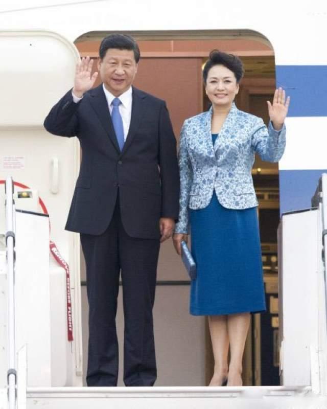 Пэн Лиюань. Жена Си Цзиньпиня, председателя КНР. Задолго до встречи с Си Цзиньпином Пэн была знаменита в своей стране. Магистр по национальному вокалу, университетский профессор, генерал-майор, Пэн именно своему таланту обязана тем, что стала так знаменита.