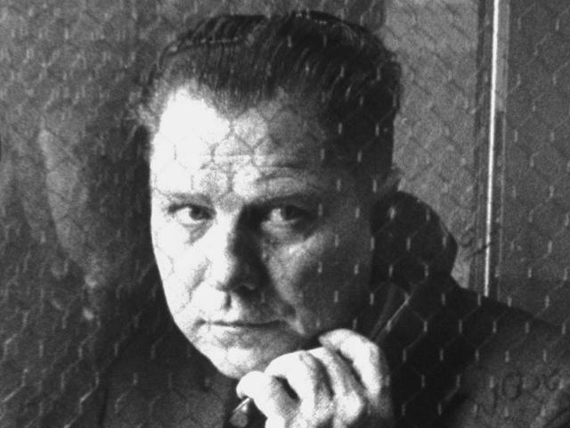 """На стоянке нашли открытую машину Хоффы, но самого мужчины и след простыл. Исчезновение Хоффы до сих пор считается в США """"притчей во язытцах"""", историю обыгрывают в фильмах и сериалах."""