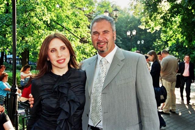 Летом 2012 года распался брак Валерия Меладзе и его супруги Со временем Меладзе признался, что от Альбины у него подрастает сын Костя. . Певец, будучи отцом троих детей, расстался с супругой, с которой он прожил в браке около 20 лет. Поводом стал его роман с солисткой группы ВИА Гра Альбиной Джанабаевой .