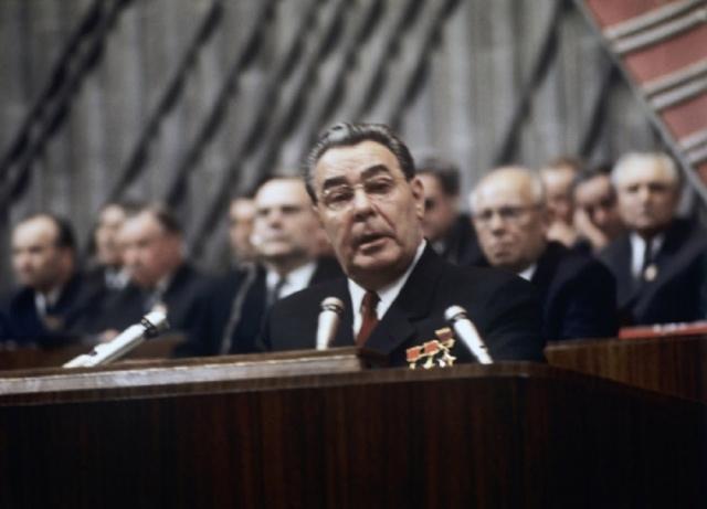 Как раз накануне, 19 декабря 1976 года, вся советская страна пышно отметила 70-летие Брежнева. В эти дни много говорилось о том, что СССР – это оплот мира во всем мире, о мирном небе над головами советских людей, и о пролетарском интернационализме.