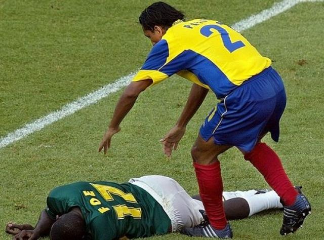 Трагедия произошла на лионском стадионе во Франциипрямо на 71-й минуте полуфинального матча Кубка Конфедераций по футболу между сборными Камеруна и Колумбии.