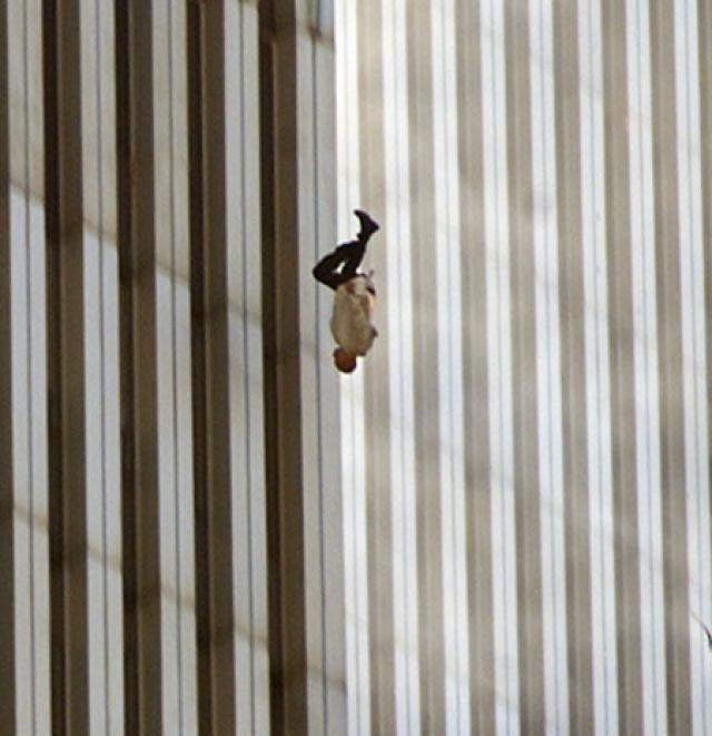 Человек, попавший в огненную ловушку на верхних этажах Всемирного Торгового Центра в Нью-Йорке 11 сентября 2001 года выпрыгнул из окна.