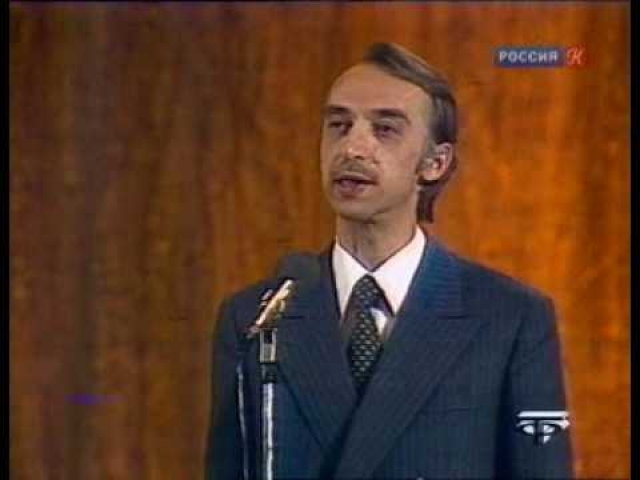 """Популярность пришла к нему еще до ТВ, когда он увлекся написанием стихотворных пародий. Его первая книга """"Любовь и горчица"""" была опубликована в 1968 году."""