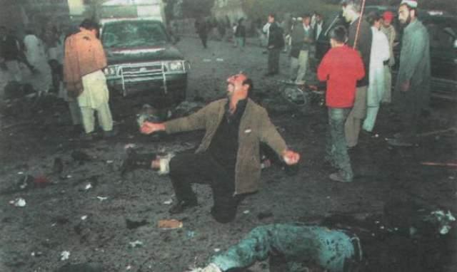 В результате теракта погибли 26 человек, включая Бхутто и 90 были ранены.