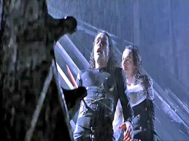 """31 марта 1993 -го года Голливуд шокировала новость о смерти Брендона, раненого прямо на съемочной площадке мрачного """"Ворона"""". За восемь часов до съемок фатальной сцены Брендон взял в руки реквизитный пистолет, поредел его в руках, приставил к виску, назад на курок - и ничего не произошло. Кто-то из присутствующих ахнул, а Брендон, ухмыльнувшись, заявил, что от этой игрушки ему ничего не будет."""