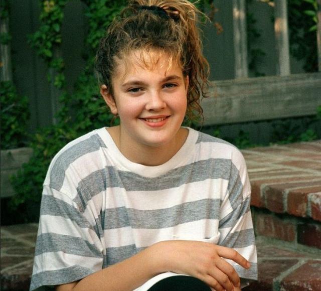 Дрю Бэрримор. Рожденная с кинематографической семье девочка рано стала сниматься и на себе узнала, что такое алкогольная и наркозависимость, еще будучи тинейджером.