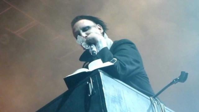 """Мэрлин Мэнсон. Последователь Оззи во время концерта в Солт-Лейк Сити разорвал библию, вырывая страницу за страницей и приговаривая """"любит-не любит"""", после чего продолжил концерт."""