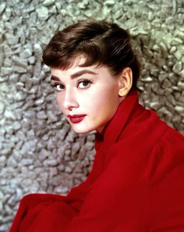 """Одри Хепбёрн, 1929-1993. Звезда """"Завтрака у Тиффани"""", ангел с печальными глазами стоит на третьем месте в списке величайших актрис американского кино. Взяла """"Оскар"""" за лучшую женскую роль в фильме """"Римские каникулы"""" (1953), кроме того номинировалась четыре раза. Одна из самых высокооплачиваемых актрис кино своего времени."""