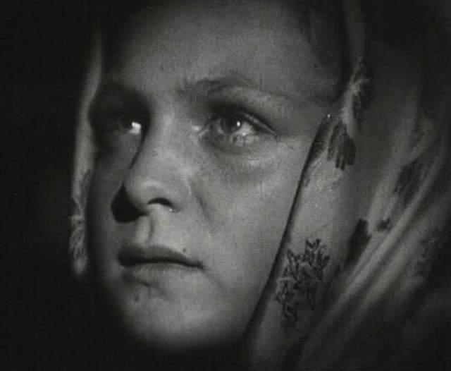 Гуля Королева Санинструктор, участница Великой Отечественной войны. Ушла добровольцем на фронт в медико-санитарный батальон 280-го стрелкового полка. Погибла 23 ноября 1942 года возле хутора Паньшино, под Сталининградом. Во время боя за высоту 56,8 вынесла с поля боя 50 раненых бойцов, а когда был убит командир, подняла бойцов в атаку, первая ворвалась во вражеский окоп, несколькими бросками гранат уничтожила 15 солдат и офицеров противника, была смертельно ранена, но продолжала бой.