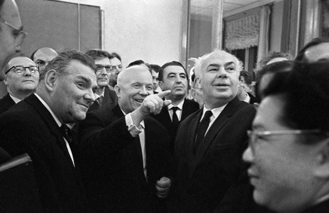 После посещения выставки Хрущев потребовал исключить из Союза художников и из КПСС всех ее участников, но оказалось, что ни здесь, ни там практически никто из них не состоял.