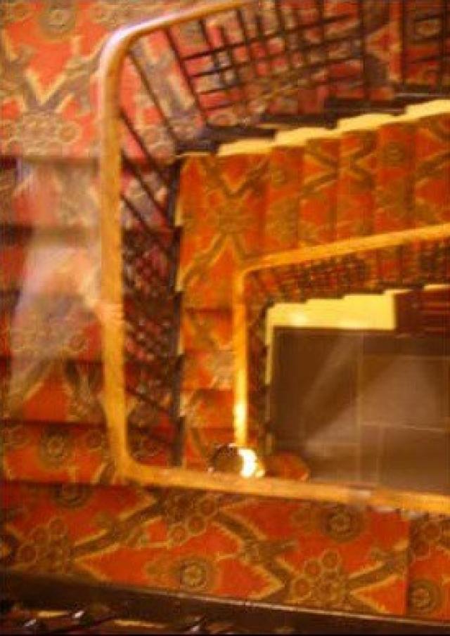 """Подросток снял эту фотографию во время посещения свадьбы в замке Таллоч в Шотландии в 2008 г. По данным The Sun, замок существует еще с 1200-х годов и в нем обитает призрак """"Зеленая Леди""""."""