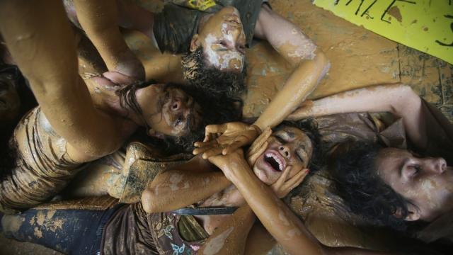 Рио-де-Жанейро, Бразилия, 16 ноября. Акция протеста против подрыва двух плотин, которое повлекло бы загрязнение окружающей среды.