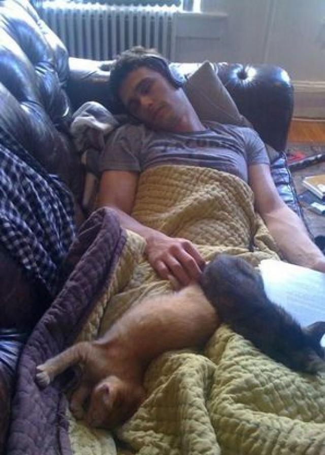 На фото он с кошками Сэмми и Зельдой.