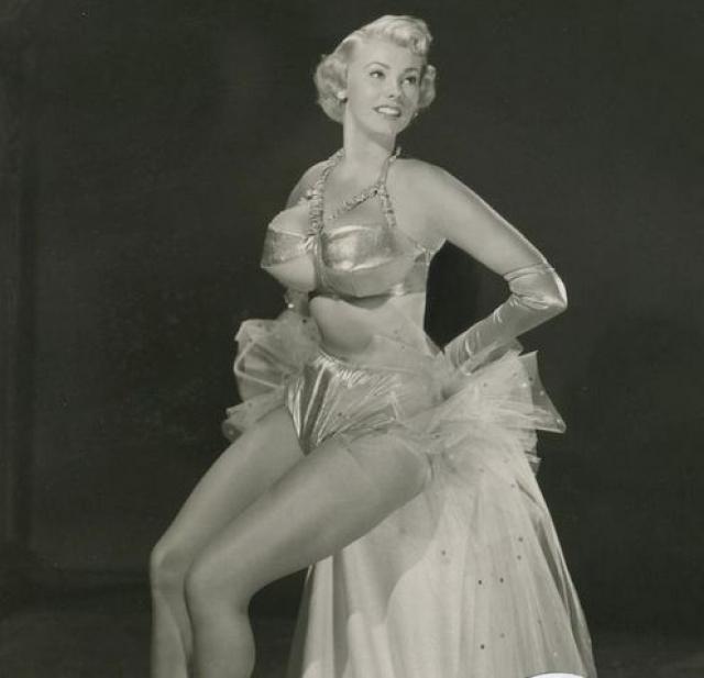 """Артур Фокс организовал первые """"стриптиз-гастроли"""" в 1948 году. Его труппа ездила по стране с откровенными шоу."""