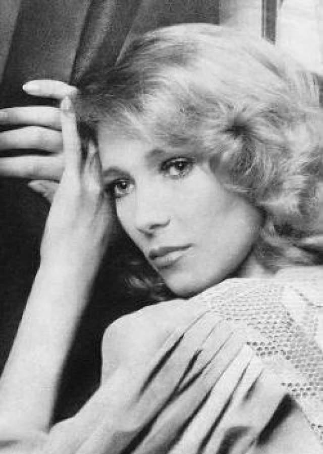 Известно, что несколько последних месяцев артистка находилась в подавленном состоянии, граничившем с глубокой депрессией, поэтому среди коллег Елены муссировала версия о самоубийстве актрисы.