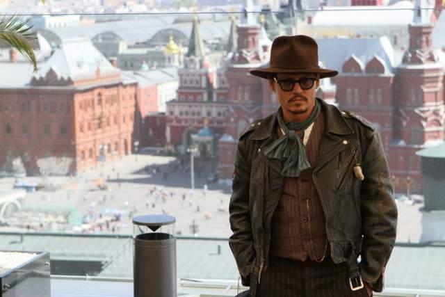 """Джонни Депп : """"На самом деле, единственная проблема, которая у меня возникает, когда я приезжаю в Россию, нехватка времени, чтобы все почувствовать и везде побывать. Потому что такая большая, серьезная история у вашей страны. И мои любимые писатели и поэты из России..."""""""