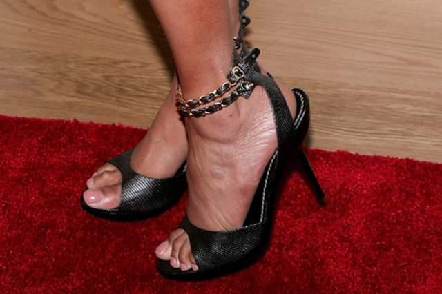 Но звезда никогда не комплексовала по этому поводу и доказала всем женщинам мира, что ножка как у Золушки- это еще не гарантии успеха.