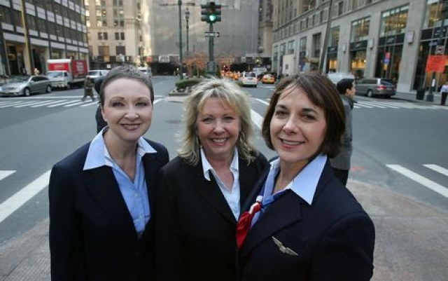 В салоне самолета работали три стюардессы: Шейла Дайл, Дорин Уэлш, Донна, у всех стаж работы более 30 лет.