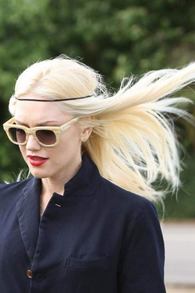 Гвен Стефани как будто сошла с подиума. Очень правильно развиваются на ветру волосы.