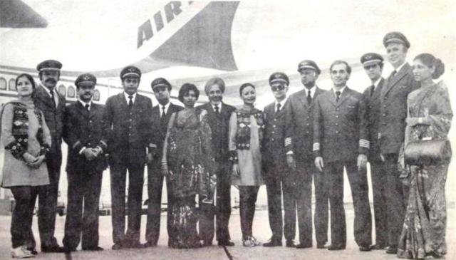 В Монреале номер рейса был изменен на AI182 и теперь самолет должен был лететь по маршруту Монреаль-Лондон-Дели-Бомбей. Также в Монреале сменился экипаж. В кресле командира сидел Нарендра, справа сидел командир Биндер, который в данном рейсе летел в качестве второго пилота, а для бортинженера Думасиа этот рейс был последним, так как после него он планировал уйти в отставку.