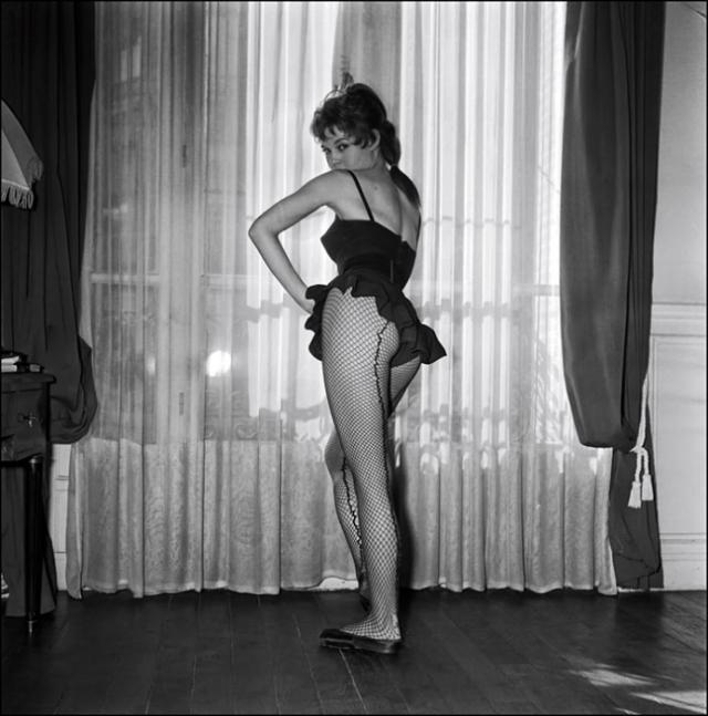 18-летняя Брижит позировала в коротенькой юбке и чулках в сеточку, а помимо балетных поз демонстрировала довольно смелые ракурсы.