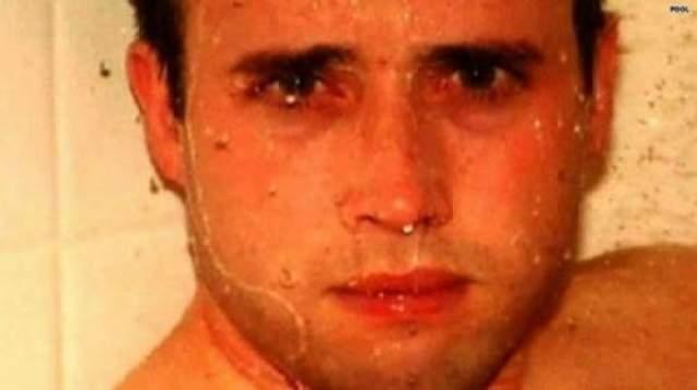 Последний душ. У мужчины на фото странное выражение лица, вам не кажется? Фотоаппарат с этим снимком был найден в стиральной машине Трэвиса Александра, который был убит в душевой посредством нанесения 25 ножевых ранений, в том числе в шею, и выстрела в голову.